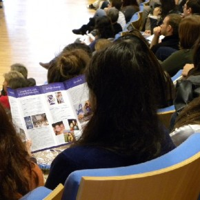 Una giovane studentessa che legge con interesse il nostro volantino!!!!