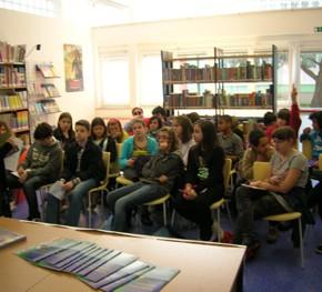 Con gli studenti della scuola elementare Addobbatti presso la biblioteca comunale Mattioni- 3.05.11