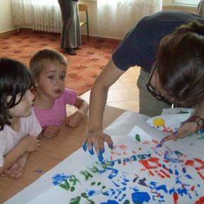 Momenti di gioco e pittura con i bambini