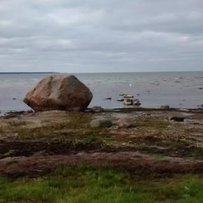 Isola di Hiiumaa. Spiaggia con un bel masso direttamente dall'ultima glaciazione!
