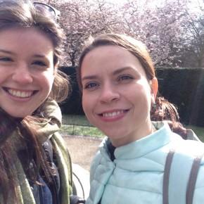 io e Nastia che ci godiamo il sole della primavera londinese