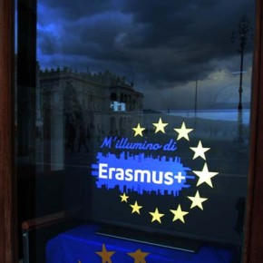 """9.5.17 - Partecipazione all'iniziativa """"M'illumino d'Erasmus"""" - proiettato il logo ufficiale in P. Unità"""